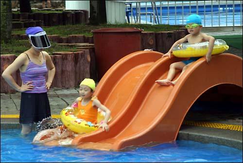 c18c55a80ed 어린이풀 물미끄럼틀에서 미끄러져 내려오는 어린이 - 오마이포토